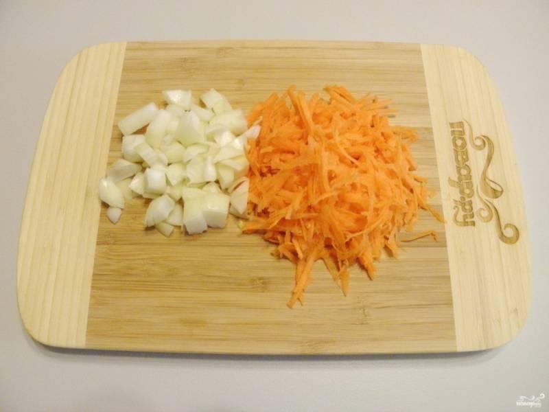Измельчите очищенные и вымыты овощи: лук, морковь.