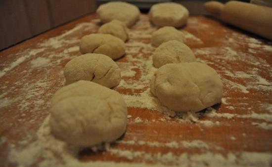 2. Теперь - тесто. Смешаем молоко и воду, яйцо, соль и муку. Тесто должно получится достаточно тугим, чтобы манты не развалились в процессе готовки. Делим тесто на парное количество кусочков.