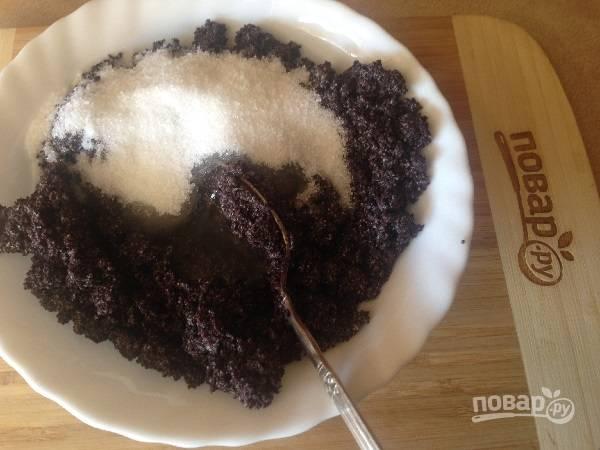 6. Остывший мак смешаем с белком и сахаром, когда тесто уже отлежало 1 час в холодильнике. Любите очень сладкую начинку? Добавьте еще ложку сахара.