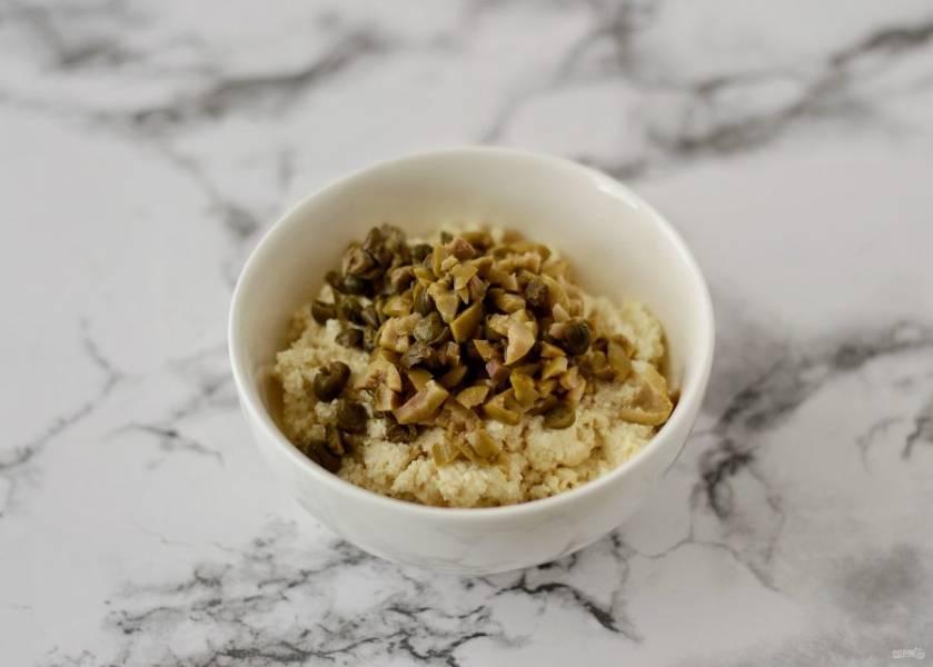 Мелко нарежьте оливки и каперсы, добавьте к смеси из тофу и ещё раз перемешайте.