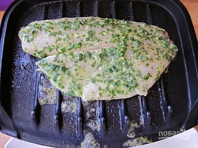 4.Предварительно разогрейте гриль, на это уйдет около 5 минут. Выложите рыбное филе.