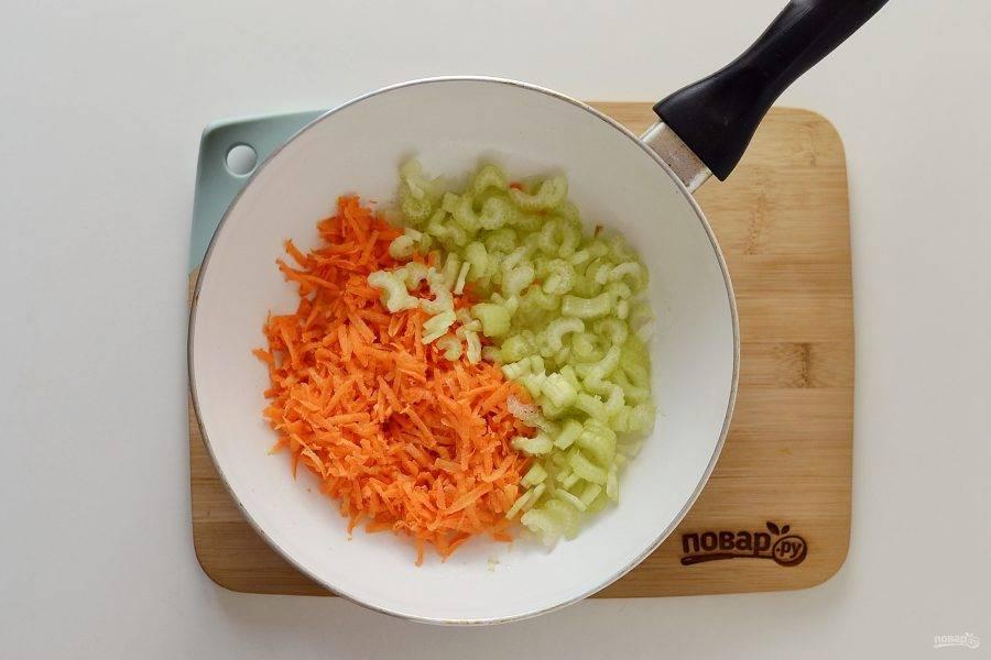 Пока жарится лук, натрите морковь на терке, а сельдерей нарежьте тонкими ломтиками. Добавьте в сковороду, жарьте минут 5. В конце добавьте пару зубчиков измельченного чеснока.