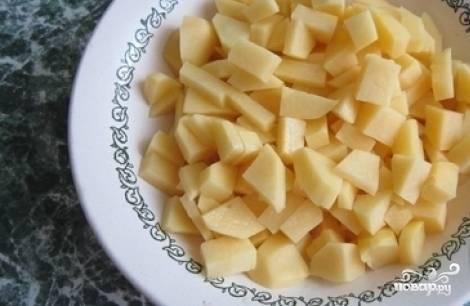 Спустя 15 минут в бульон добавьте пшено. Почистите, помойте и нарежьте картофель кубиками, также добавьте его в кастрюлю.