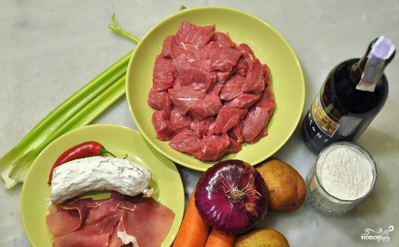 Подготовьте все необходимые ингредиенты. Мясо порежьте на небольшие кусочки. Морковку и лук порежьте крупно. Перец острый очистите от семян и порежьте соломкой. Картошку порежьте четвертинками. У помидоров удалите семена, порежьте овощи четвертинками.