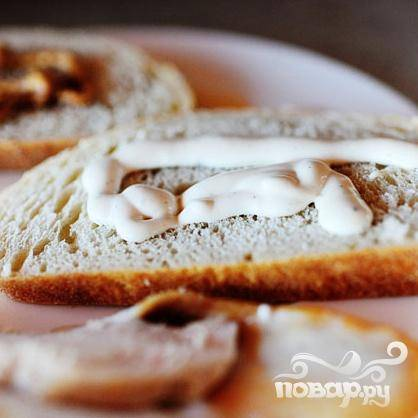 3. Смазать большим количеством горчицы одну половину хлеба. Смазать соусом Ранчо другую половину.