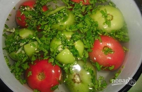 4. Выложите помидорки  глубокую мисочку и залейте их холодным рассолом.