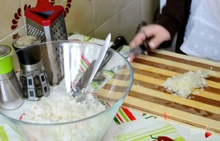 2. Готовый рис нужно будет промыть и соединить с нашинкованным луком.
