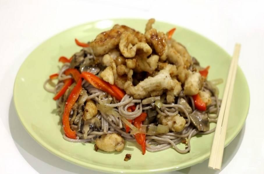 Откидываем лапшу на дуршлаг. Затем раскладываем по тарелкам добавив сверху грибы, перец и курицу с терияки. Приятного аппетита!