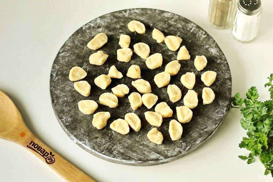 Раскатайте тесто колбаской и нарежьте маленькими кусочками. Размер зависит от желаемого размера галушек, но учтите, что они еще увеличатся при варке.