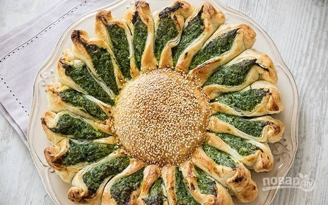 6.Выпекайте пирог-цветок в горячей духовке при температуре 200 градусов в течение 20-30 минут, до золотистого цвета. Приятного аппетита!