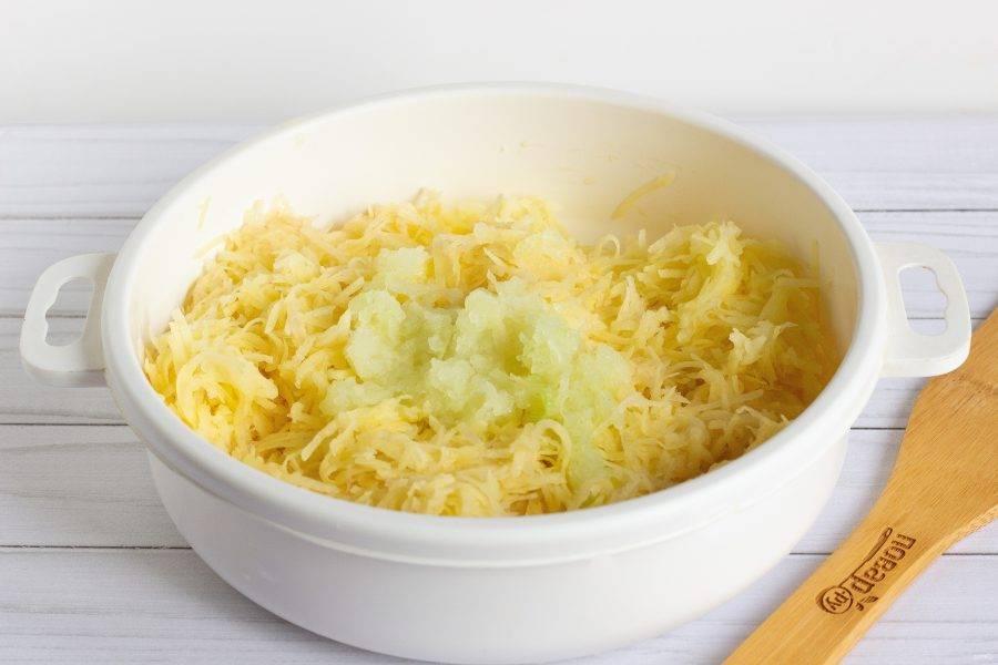 Картофель и лук очистите, помойте, натрите на мелкой терке. Картофель необходимо немного отжать от лишней влаги. Через сито или руками.