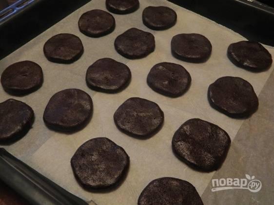 Шоколадную колбаску разрезаем на одинаковые брусочки (18-22 штук). Брусочки можно слегка приплюснуть. Выкладываем их на противень, застеленный бумагой.