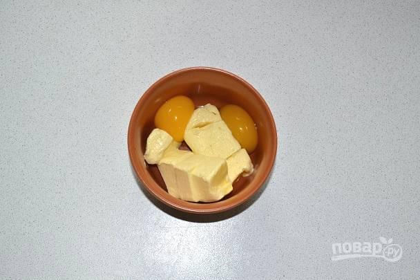 Параллельно соедините яйца с размягченным сливочным маслом.