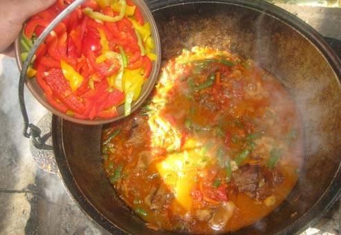 Добавьте нарезанные помидоры, прокипятить 5-7 минут. Добавить перец.