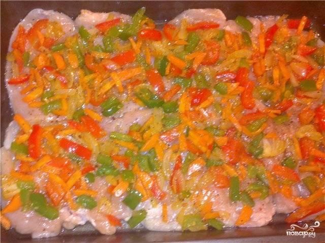 Овощи выложите поверх индейки.