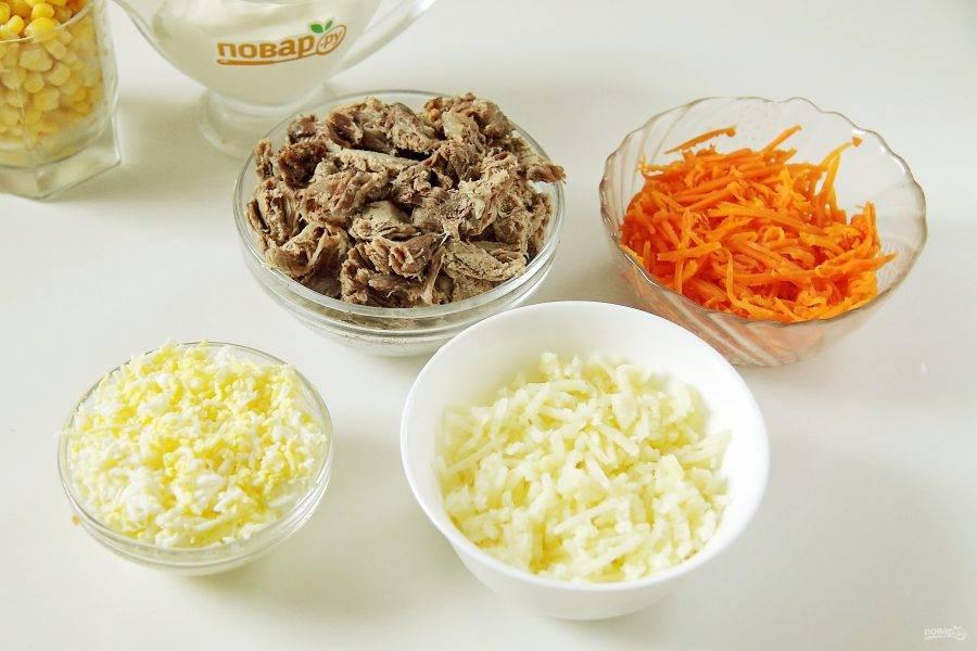 Говядину измельчите ножом. Картофель и морковь натрите на терке (я использовала корейскую, но можно и обычную с крупными отверстиями). Яйца очистите и натрите на мелкой терке.