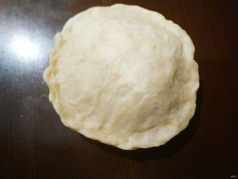 Защипните края, чтобы нигде не осталось пространства, иначе при выпекании джем начнет вытекать и хлеб не получится.