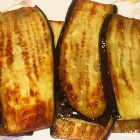 Обжаренные баклажаны выкладываем на тарелочку, даем им остыть.