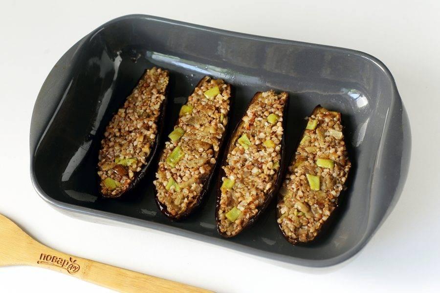 Баклажаны выложите в форму для запекания и нафаршируйте их гречкой.