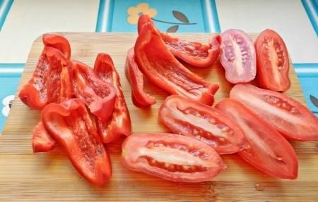 3. Перец и помидоры лучше нарезать на 4-6 частей.
