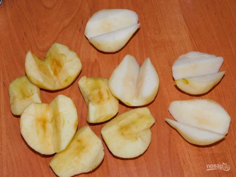 Добавьте яблоки и груши. Проварите все вместе минут 5. Затем выключите и дайте постоять минут 30, чтобы напиток настоялся.