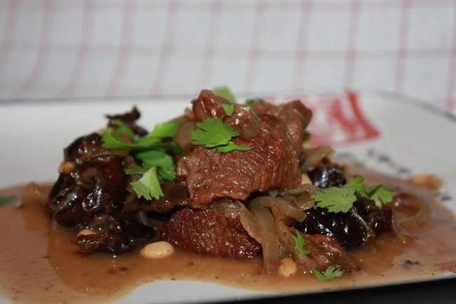 5. Через час выложите на тарелки, украсьте зеленью. Говядина с черносливом в мультиварке готова! Приятного аппетита!