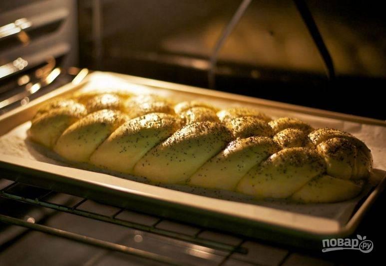 8. Посыпьте булку маком и поставьте выпекаться ее в духовку на 20-25 минут при 160-165 градусов.