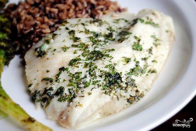 Ставим рыбу в предварительно разогретую до температуры в 190 градусов духовку и выпекаем около 7-8 минут, затем увеличиваем температуру до 230 и запекаем еще 2-3 минуты. Как только рыба станет полностью непрозрачной - значит, готова! Можно подавать к столу с рисом, овощами или другим гарниром.
