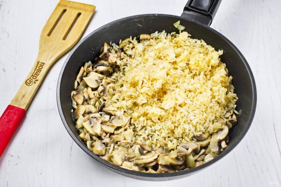 Затем добавьте рис, перемешайте и готовьте в течение 2-х минут.