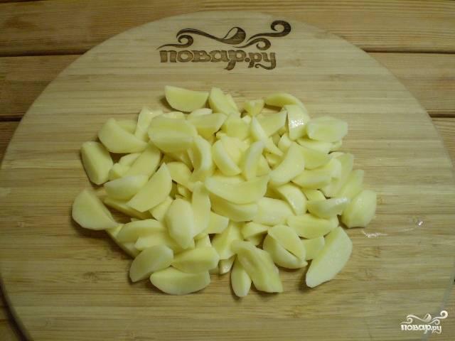 Картофель очистите, порежьте на части.