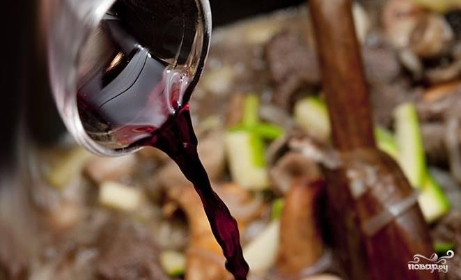 Вливаем вино и бульон.