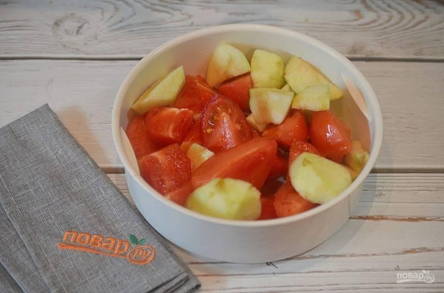 """3. Сложите яблоки и помидоры в чашу пароварки и готовьте в мультиварке в режиме """"Пароварка"""" 15 минут."""