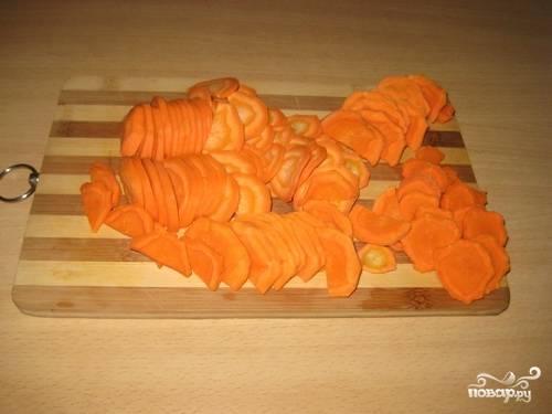 Теперь чистим и нарезаем морковь полукольцами.