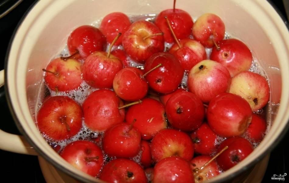 6.Аккуратно опускаем все яблоки в сироп, провариваем после закипания минут десять-пятнадцать (ни в коем случае не перемешивать). Убираем с огня и даем остынуть.