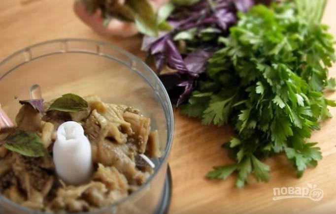 3. Переложите мякоть баклажана в чашу блендера, добавьте листья базилика и петрушки.