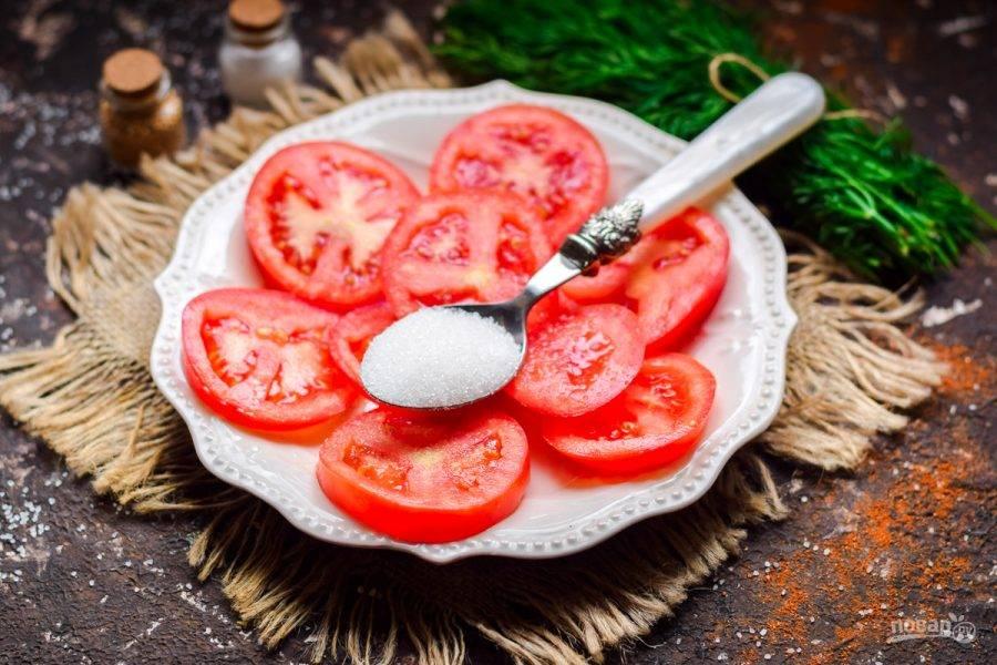 Притрусите помидоры сахарным песком.