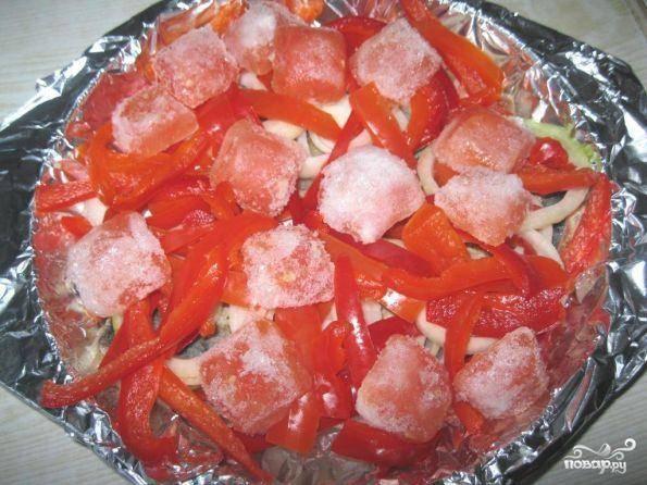 На лук выкладываем соломкой порезанный перец и мякоть помидоров.   В данном случае используются замороженные помидоры.