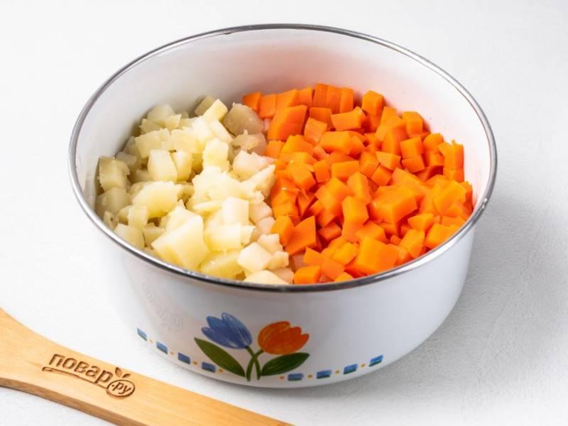 Вареные картофель и морковь очистите и нарежьте небольшими кубиками.