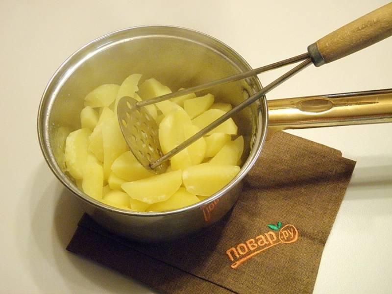 3.Когда сварится картофель, лавровый лист убираем, а из картофеля делаем пюре.