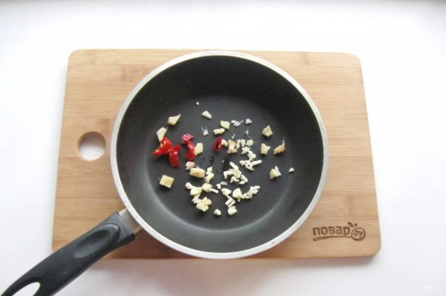 Острый перец, чеснок и корень имбиря мелко нарежьте и слегка обжарьте в масле.