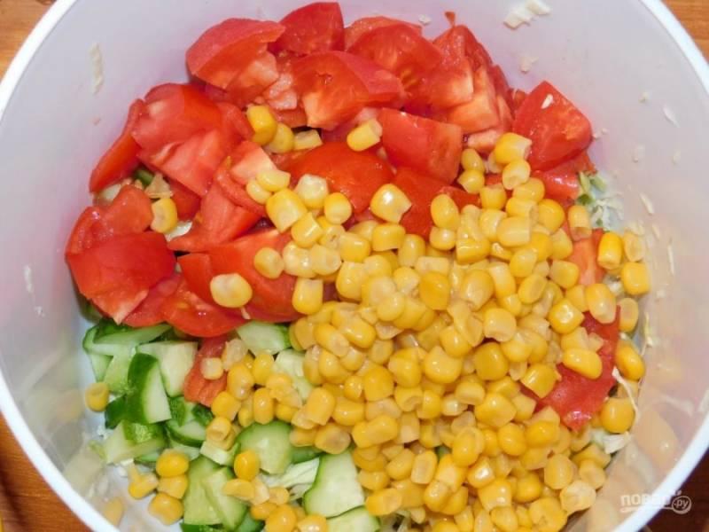 Добавьте кукурузу.  Заправьте салат оливковым маслом. По вкусу добавьте соль и сахар.