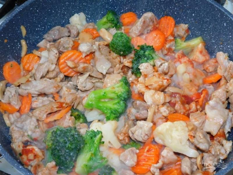Добавьте смесь замороженных овощей. Перемешайте и накройте крышкой. Тушите на небольшом огне минут 10. Не забудьте посолить и поперчить блюдо.