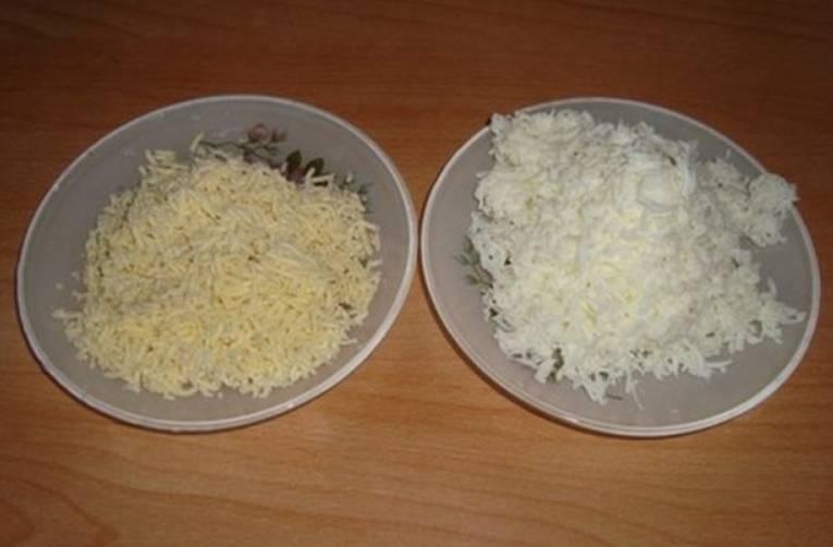 Отварите вкрутую яйца, затем остудите их и разделите на белок и желток. Отдельно натрите на терке.