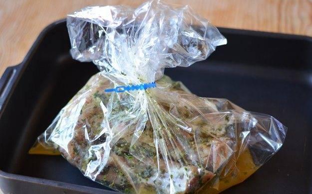Выливаем полстакана сока в пакет с мясом и завязываем пакет, оставив небольшое отверстие для выхода пара. Выкладываем пакет на противень и ставим запекаться в разогретую до 180 градусов духовку на 1 час.