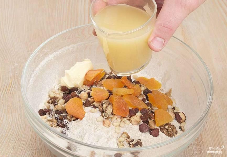 Влейте сок. Тщательно вымешивайте тесто на столе, присыпанном мукой, 10 минут. Накройте полученное тесто полотенцем и поставьте в теплое место на 2 часа для подъема.