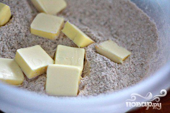 3. Приготовить посыпку. Смешать муку, сахар, специи и соль в миске. Нарезать масло на небольшие кусочки. Добавить масло и перемешать. Отставить в сторону.