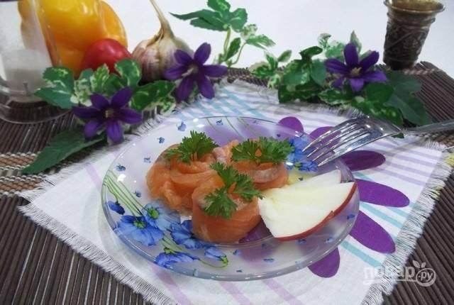 Оставьте рыбу на 4-6 часов в холодильнике. Потом промойте её под проточной водой. Перед подачей лучше оставьте закуску в морозилке на 30 минут. Подавайте в нарезанном виде. Приятного аппетита!