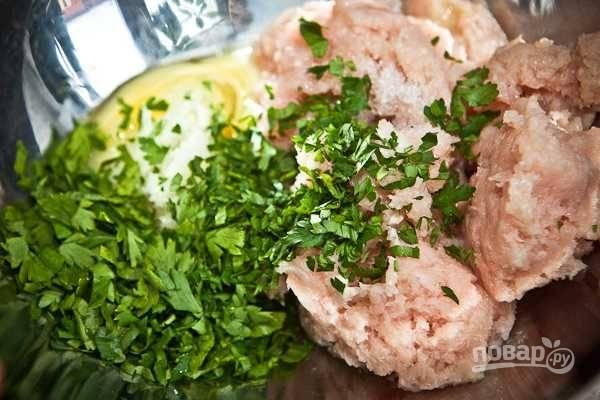 4. Выложите фарш в глубокую мисочку. Вбейте яйцо, посолите и поперчите по вкусу. По желанию можно добавить измельченную свежую зелень.