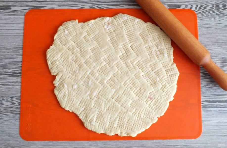 Когда тесто станет эластичным. Раскатайте в пласт, толщиной 0,5 см. Еще раз отбейте молоточком и тем самым создайте рельеф печенья.