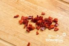 Жгучий перец нарезать маленькими кубиками.